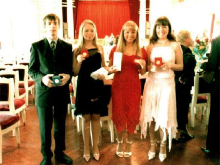 Медалисты 2005 года: Слева направо: Щербаков Антон Николаевич награжден серебряной медалью. Башарова Елена Сергеевна награждена золотой медалью. Чуева Анна Сергеевна награждена золотой медалью. Карпенок Мария Сергеевна награждена золотой медалью.