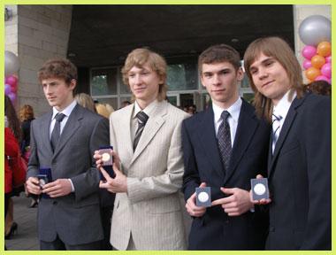 Медалисты 2009 года: Слева направо: Файзуллов Ильяс -серебряная медаль, Кокорин Сергей - золотая медаль, Кустоватов Павел - серебряная медаль, Астапов Антон - серебряная медаль.